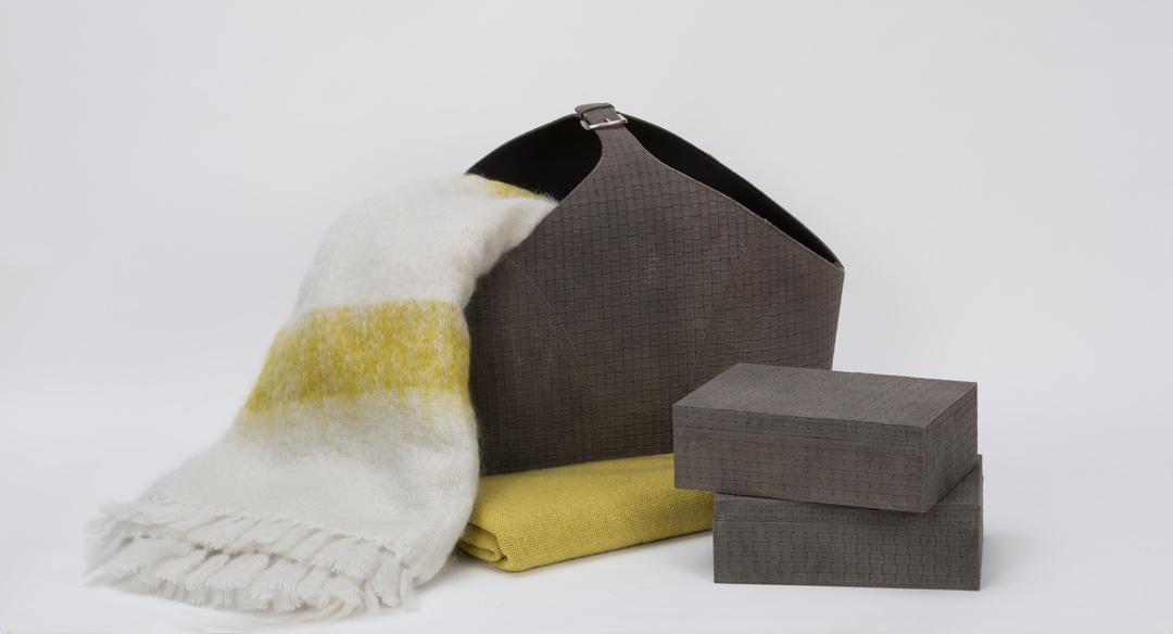 Exklusive Accessoires bei Hans G. Bock: Zeitungskorb und Boxen aus Veloursleder sowie Plaid von Oyuna.