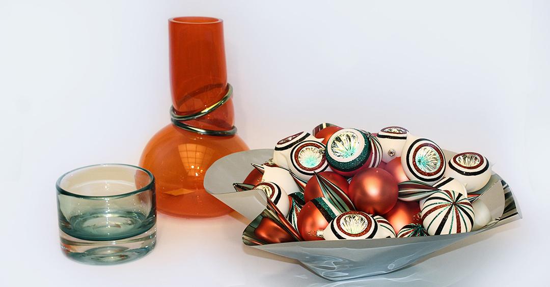 Exklusive Accessoires bei Hans G. Bock: Orange Vase Vanessa Mitrani, Schale Philippi, Kugeln Inge Glas.